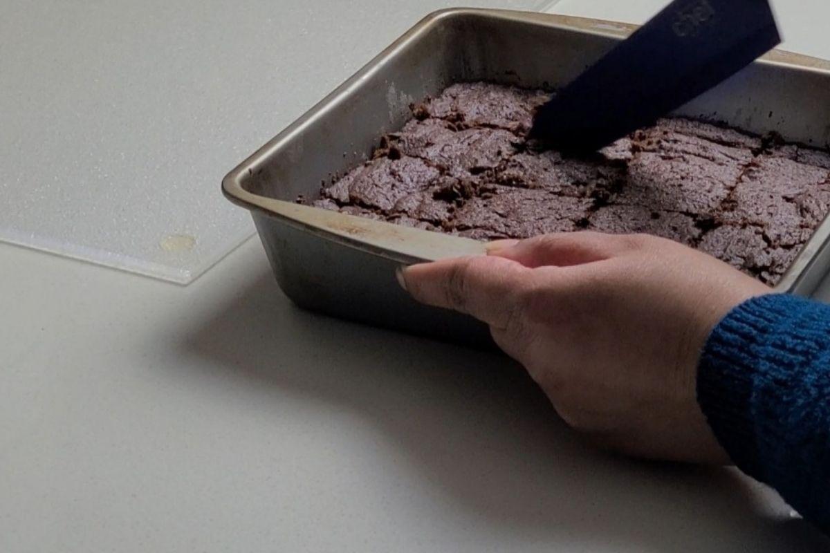 slicing the brownies