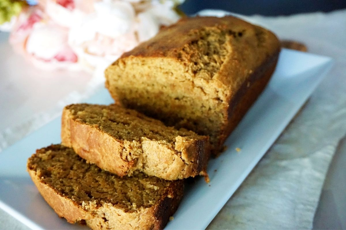 banana bread loaf and slices