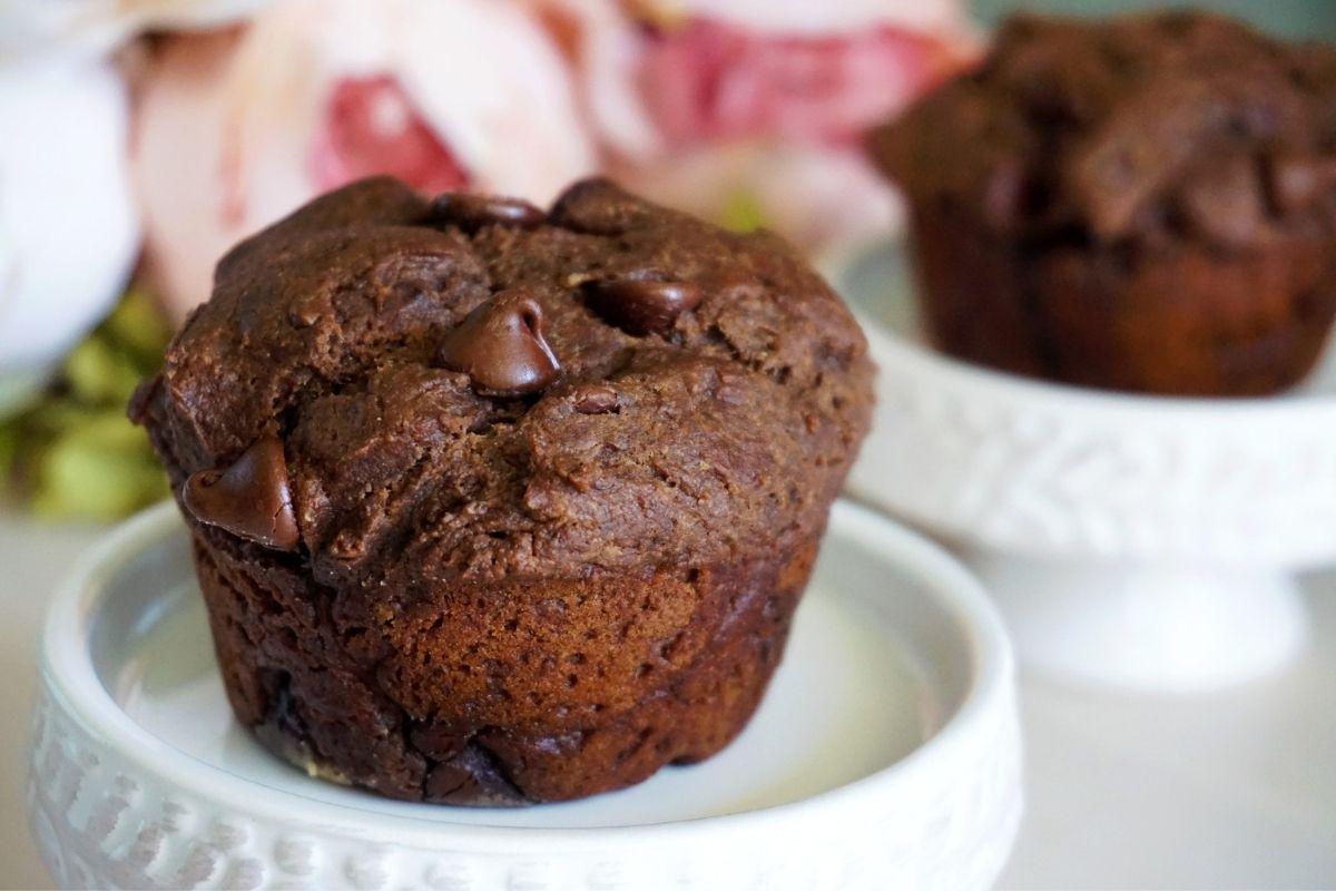 Muffins on dessert stands.