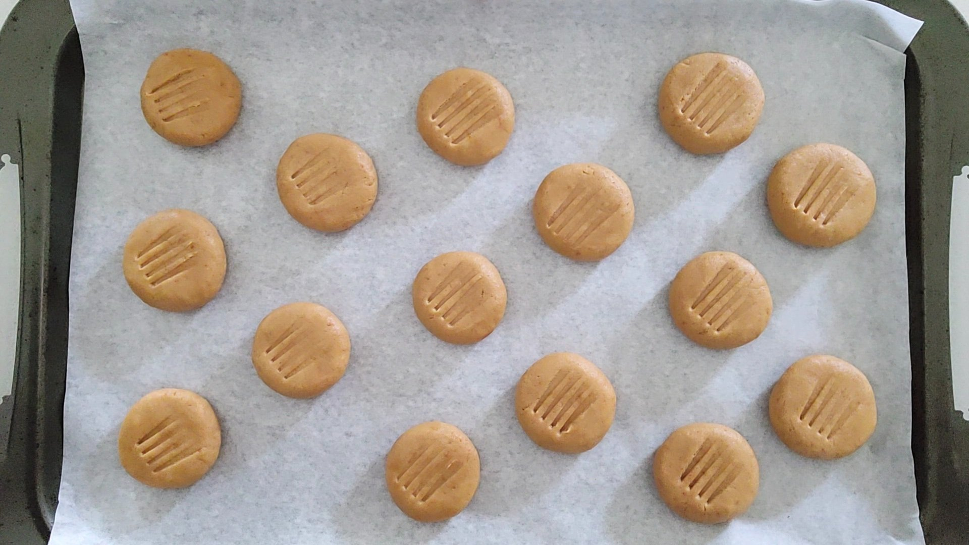 pattern on cookies with fork
